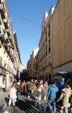 Fullsatt folk på El Rastro på den söndag morgonen royaltyfria bilder