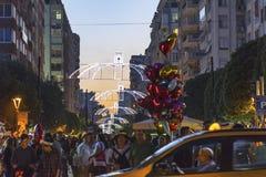 Fullsatt gata, upphetsat folk och ballongsäljare på den orange blomningfestivalen i det Adana landskapet av Turkiet arkivbilder