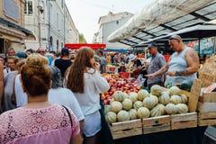 Fullsatt gatamarknad i Sete, Frankrike arkivbilder