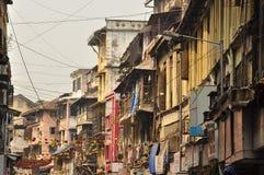 Fullsatt gränd i den gamla staden av Mumbai, Indien Arkivfoto