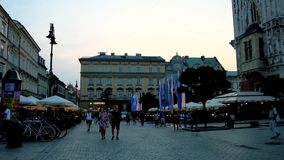 Fullsatt huvudsaklig fyrkant i aftonen Krakow, Polen arkivfilmer