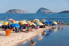 Fullsatt Ipanema strand i Rio de Janeiro royaltyfri bild