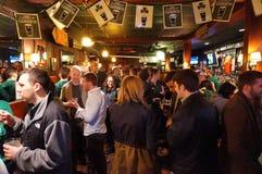 Fullsatt irländsk bar Arkivfoto