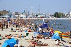 Fullsatt kommunal strand i Gdynia, baltiskt hav, Polen Arkivbild