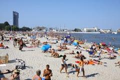 Fullsatt kommunal strand i Gdynia, baltiskt hav, Polen Arkivfoto