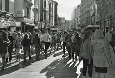 Fullsatt Leicester fyrkantområde i London, England i den sena eftermiddagen Royaltyfria Foton