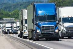 Fullsatt mellanstatlig huvudväg för halv lastbilpacke royaltyfria bilder