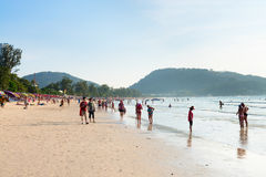 Fullsatt Patong strand med turister, Phuket, Thailand Arkivfoto