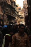 Fullsatt smal gränd i Katmandu, Nepal Arkivbild