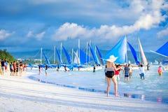 Fullsatt strand av den Boracay stranden Arkivbilder