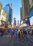 Fullsatt 7th aveny och Broadway i Times Square Royaltyfri Foto