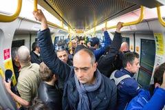 Fullsatt tunnelbana i den Milan tunnelbanan, Italien Arkivfoton
