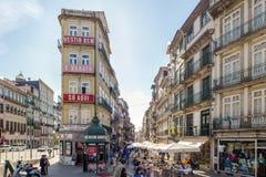 Fullsatta gator på det Porto centret Arkivbilder