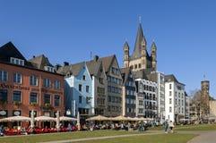 Fullsatta terrasser på Rhen promenerar, staden Cologne Arkivbild