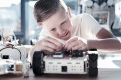 Fullständigt absorberat i processskolpojken som planlägger roboten Royaltyfri Fotografi