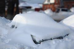Fullständigt snow-täckt bil Arkivfoto