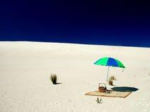 Fullständigt strandparaply på Sandhill royaltyfri bild