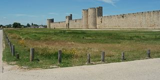 Fullständigt walled i staden Aigues-Mortes i Camarquen royaltyfria foton