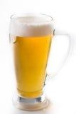 Fullt exponeringsglas av öl som isoleras på vit med ett skum Royaltyfri Foto