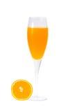 Fullt exponeringsglas av orange fruktsaft och orange frukt på vit bakgrund Royaltyfria Foton