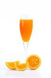 Fullt exponeringsglas av orange fruktsaft och orange frukt på vit bakgrund Royaltyfri Fotografi