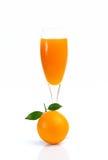 Fullt exponeringsglas av orange fruktsaft och orange frukt på vit bakgrund Fotografering för Bildbyråer