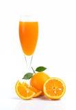 Fullt exponeringsglas av orange fruktsaft och orange frukt på vit bakgrund Royaltyfria Bilder
