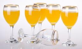 Fullt exponeringsglas av orange fruktsaft på bakgrund Royaltyfri Bild