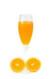 Fullt exponeringsglas av orange fruktsaft på vit bakgrund Arkivfoto