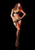 Fullt längdfoto av den sexiga vuxna kvinnan i svart damunderkläder och pist Royaltyfri Fotografi