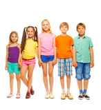 Fullt längdfoto av fem barn Royaltyfri Fotografi