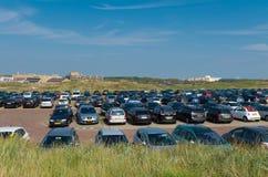Fullt parkeringsområde i dyn Royaltyfri Bild