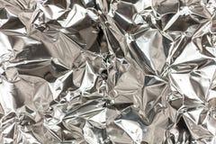 Fullt ramtagande av ett ark av skrynklig aluminum folie för silver royaltyfri foto