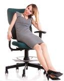 Fullt sammanträde för längdaffärskvinnan på den hållande skrivplattan för stol är arkivbilder