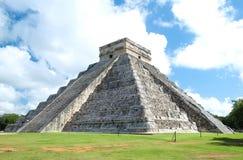 Fullt - sikt av den El Castillo pyramiden royaltyfri fotografi