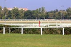 Fullt tomt loppspår för hästkapplöpningar Arkivfoton