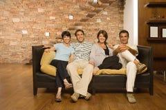 Fullvuxen upp familj på soffan Royaltyfria Bilder
