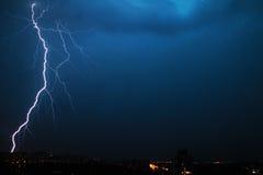 Fulmine enorme sopra la città di Minsk di notte in Bielorussia Fotografia Stock Libera da Diritti