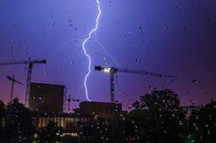 Fulmine, gocce di pioggia e costruzione Immagini Stock Libere da Diritti