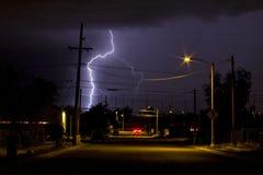 Fulmine nella vicinanza del quartiere ispanico in Tucson Arizona alla notte Fotografia Stock