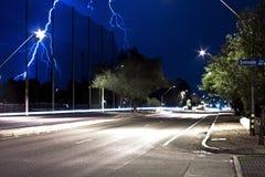 Fulmine sopra il boulevard della gara motociclistica su pista in Tucson Arizona alla notte Immagine Stock