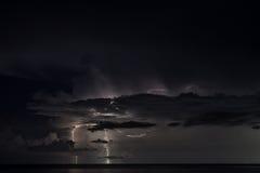 Fulmine sopra il mare Immagini Stock