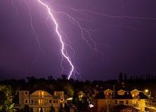 Fulmine sopra la città alla notte Immagine Stock Libera da Diritti