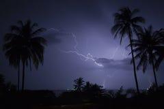 Fulmine sopra la spiaggia tropicale Fotografia Stock Libera da Diritti