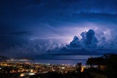 Fulmine sul golfo di Tigullio, del mar Ligure - Chiavari, su Lavagna e su Sestri Levante Immagini Stock