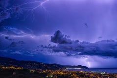 Fulmine sul golfo di Tigullio, del mar Ligure - Chiavari, su Lavagna e su Sestri Levante Immagine Stock Libera da Diritti