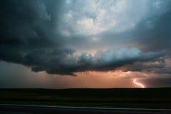 Fulmine in una tempesta alla notte immagini stock