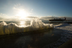 Fulminez à la rue de mer et de remblai de la ville de Yalta en Crimée pendant le matin sur 24 10 2016 Grands vagues et lavage de  Photographie stock