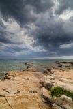 Fulminez au-dessus de la Mer Adriatique, avec le beau cloudscape dramatique image libre de droits