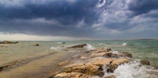 Fulminez au-dessus de la Mer Adriatique, avec le beau cloudscape dramatique photographie stock libre de droits